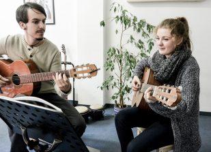 Gitarrenunterricht mit Jugendlichen