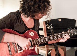 Gitarrenschüler im Unterricht